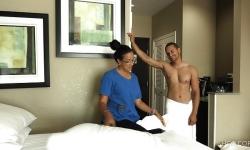oda servisçisine otel odasında parasıyla kaydı